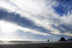 Majestätisk himmel över höstack vaggar Arkivbild