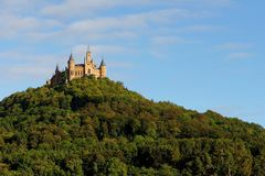 Majestätisk Hohenzollern slott överst av monteringen Hohenzollern på solnedgången, Tyskland Arkivbild