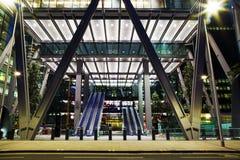 Majestätisk ingång av kontorsbyggnad i London Arkivfoton