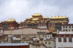 Majestätisk och högtidlig buddistisk relikskrin royaltyfria foton