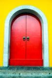 Majestätisk röd kinesisk dörr Royaltyfri Foto