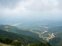 Majest?tisk sikt av dalen av floden Aljakmon och passera l?ngs den uppifr?n av berget, Grekland fotografering för bildbyråer