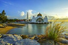 Majestätisk sikt av den Malacca svårighetermoskén under härlig solnedgång Arkivbild