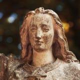Majestätisk sikt av statyn av den guld- ängeln som är upplyst vid solljus Fotografering för Bildbyråer
