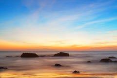 Majestätisk solnedgång över vatten royaltyfri bild