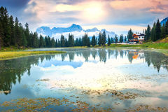 Majestätisk solnedgång i Dolomites Lago di Antorno, Italien Arkivfoto