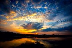 Majestätisk solnedgång på sjön Royaltyfria Bilder