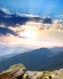 Majestätisk soluppgång över bergen med solstrålar - lodlinje Royaltyfria Foton