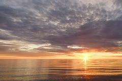 Majestätisk sommarsolnedgång över Chudskoy sjön Royaltyfri Fotografi