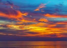Majestätisk sommarsolnedgång för hav royaltyfria bilder