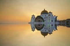 Majestätisk sväva moské på malacca svårigheter under solnedgång Royaltyfri Bild