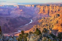 Majestätisk utsikt av Grand Canyon på skymning Royaltyfri Foto