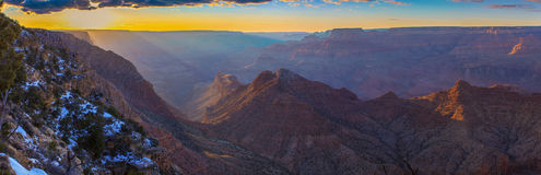 Majestätisk utsikt av Grand Canyon på skymning Arkivfoto