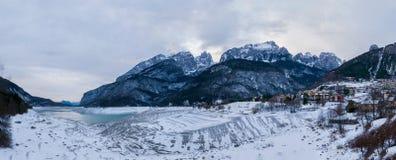 Majestätisk vinterbergpanorama av den tömda sjön Molveno, Trent royaltyfria foton