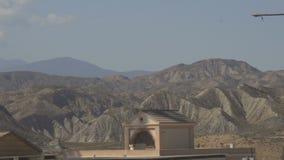Majestätiska ökenberg i bakgrunden av huset stock video