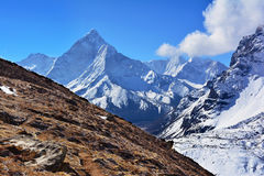 Majestätiska Ama Dablam Mountain på bakgrunden av blå himmel, Nepa Arkivfoto