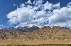 Majestätiska berg under deppighethimmel Fotografering för Bildbyråer
