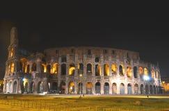 Majestätiska forntida Colosseum vid natt i Rome, Italien Royaltyfri Bild