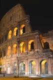 Majestätiska forntida Colosseum vid natt i Rome, Italien Arkivfoto