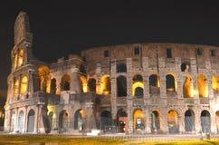 Majestätiska forntida Colosseum vid natt i Rome, Italien Arkivbilder