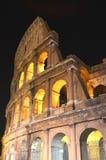 Majestätiska forntida Colosseum vid natt i Rome, Italien Arkivfoton