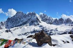 Majestätiska Himalayan berg, Nepal Den stora stenen och tibetian ber Royaltyfria Bilder