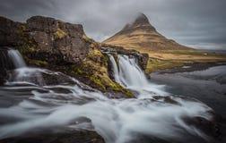 Majestätiska Kirkjufell och vattenfall i Island Royaltyfria Foton