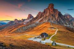 Majestätiskt alpint passerande med höga maxima i bakgrund, Dolomites, Italien Royaltyfri Bild