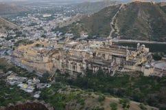 Majestätiskt Amer fort i rajasthan, bild som tas från terrass av annat angränsande Jaigarh fort Arkivfoto