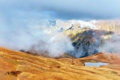 majestätiskt berg för liggande Koruldi sjöar och en turist som beundrar sikten Aktivt livbegrepp fotografering för bildbyråer