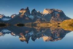 majestätiskt berg för liggande Reflexion av berg royaltyfri fotografi