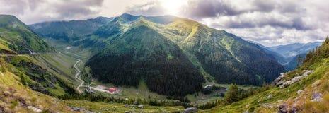 Majestätiskt berglandskap bergkullar som glöder i solljus över huvudvägen i berg Transfagarasan huvudväg, den mest beautifuen royaltyfria bilder