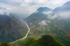 Majestätiskt berglandskap för natur i Ha Giang, Vietnam Royaltyfri Foto