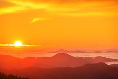 Majestätiskt berglandskap under morgonhimmel Arkivbilder