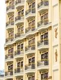 Majestätiskt hotell för fönsterarkitekturkorridor Arkivfoto
