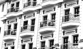Majestätiskt hotell för fönsterarkitekturkorridor Arkivbilder