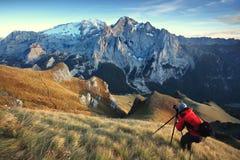 Majestätiskt landskap med de berömda Dolomitebergen, Italien Europa som bedövar landskap av naturen och den pittoreska turist- de royaltyfria bilder