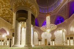 Majestätiskt och rikt dekorerat av marmor, mosaiken och den guld- inre av Sheikh Zayed Grand Mosque arkivfoton