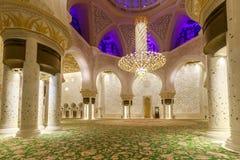 Majestätiskt och rikt dekorerat av marmor, mosaiken och den guld- inre av Sheikh Zayed Grand Mosque royaltyfria foton