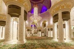 Majestätiskt och rikt dekorerat av marmor, mosaiken och den guld- inre av Sheikh Zayed Grand Mosque royaltyfri foto