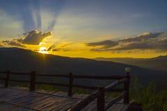 majestätiskt solnedgångberglandskap Arkivbild