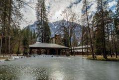 Majestätiskt Yosemite hotell under den förr bekanta vintern som det Ahwahnee hotellet - Yosemite nationalpark, Kalifornien, USA Arkivbild
