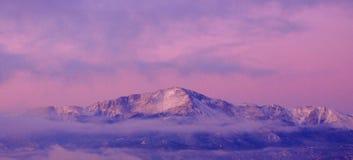 Majesté pourprée de montagne sur la toile de Psudo image libre de droits