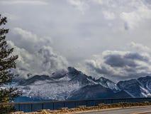Majesté pourprée de montagnes images stock
