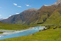 Majestatyczna góra i strumienia krajobraz obrazy royalty free