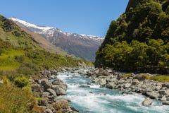 Majestatyczna góra i strumienia krajobraz zdjęcie royalty free