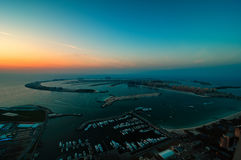 Majestatyczna kolorowa Dubai palmowa wyspa podczas pięknego zmierzchu arabski Dubai emiratów marina jednoczący obraz royalty free