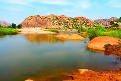 Majestatyczna rzeka otaczająca wzgórzem zdjęcie stock