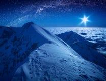 Majestatyczna zimy noc w wysokie góry dolinne Obraz Royalty Free