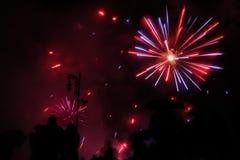 Majestatycznego fajerwerku błękitnego i czerwonego colour wybuchy zdjęcia royalty free